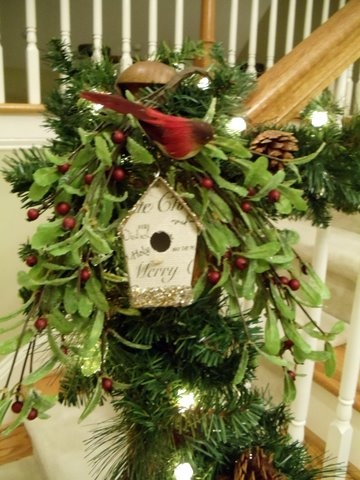 Bird house arrangementHouse Arrangements, Christmas Crafts, Christmas Bannister Decor, Wreaths Swags Decor, Birds House, Christmas Decor, Bird Houses, Holiday Decor, Greenery Decor