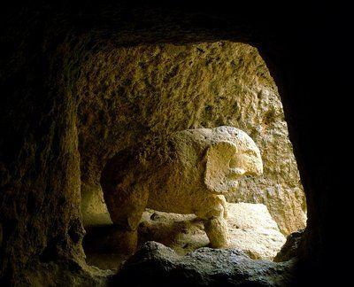 Además de por sus características arquitectónicas, la Tumba del Elefante es sumamente interesante por su significación ritual o religiosa, ya que en su interior se encontró una estatua del dios Attis y la de un elefante.