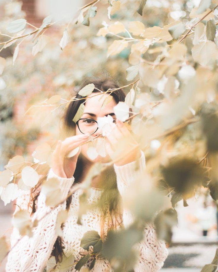 Veo un vendaval que lentamente hace crujir las ramas de los árboles a mi alrededor. Sin embargo observo uno distinto a otros. Es frondoso y firme. Sus ojas no se mueven y por eso corro con todas mis fuerzas hacia este para refugiarme. La tormenta se acerca y siento como cada una de las ramas se avalanzan sobre mí pero con sutileza y suavidad. Me abrazan y es en ese momento empiezo a sentir su palpitar. El árbol está vivo y vive para cuidarme de la tormenta de los huracanes y de los incendios…