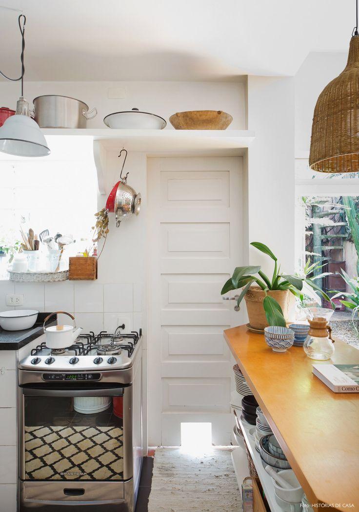 Prateleira suspensa ajuda a otimizar o espaço nessa cozinha pequenina.