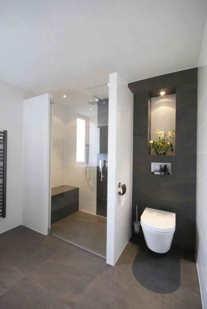 jolie salle de bain blanc gris, plafond blanc murs gris, sol en dalles gris…