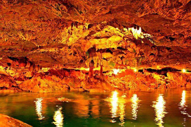 Cenote San Ignacio, Yucatán, México. A 20 minutos de Mérida, en la población de Chocholá encontramos el cenote San Ignacio, se trata de un cenote de agua cristalina color turquesa, este se encuentra en el interior de una gruta.
