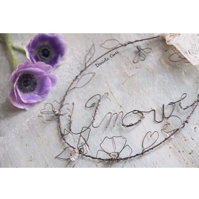 Wire art wreath to say Amour by Fili di poesia