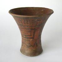 Kero - DESCRIPCIÓN Vaso de cerámica, base plana, con un cuerpo estrecho naciendo de ella y que luego se abre hacia el borde, decorado con figuras geométricas negras sobre color siena.