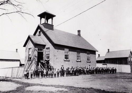 Cette école fut construite en 1888. Elle en remplaçait une plus petite en bois qui fut incendiée en 1883, deux ans après l'ouverture de ses portes. En 1915, la commission scolaire transforme complètement ce bâtiment en doublant sa capacité et en lui ajoutant un deuxième étage. (Brault, 1950, pp. 190-191) (Bonhomme J., 1931, p. 66-67) (photo) (Lapointe, 2004, p. 83)