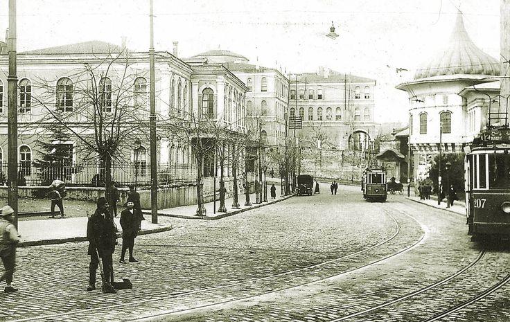1920'li yıllarda, Gülhane kapısı girişinden, Alay Köşküne ve Bab-ı Ali istikametine bakış...