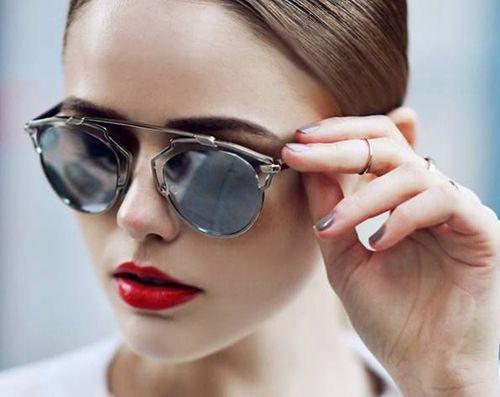 Esenţiali în protecţia ochilor împotriva razelor solare nocive, ochelarii de soare, te pot scăpa de multe probleme, cum ar fi cataracta sau