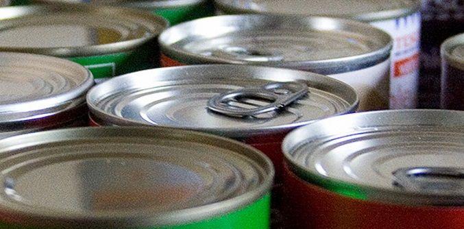 """¿sabías que el bisfenol está presente en las botellas de agua, bebidas… pero también en la latas de conserva? La lata por fuera es de aluminio, y por dentro lleva """"en silencio"""" una lata que tiene el mismo compuesto químico que las botellas.  Esperemos a ver cuánto tardan las autoridades sanitarias en alertar con claridad de este tema  La Agencia Europea de Sustancias Químicas reconoció que el Bisfenol A es un disruptor endocrino para los seres humanos…"""