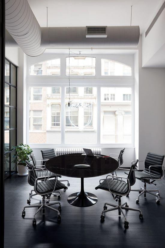 Eames® Aluminum Group Management Chair with Pneumatic Lift | Jackson