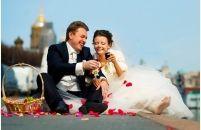 Лепестки роз, набережная - романтика Санкт-Петербурга