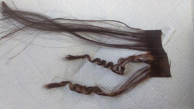 Хочу поделиться интересным способом завивки волос для кукол. Этот способ не мною придуман и известен многим парикмахерам. Недавно я искала, как сделать волосы из атласной ленты, решила попробовать этот метод. Для этого понадобятся следующие приспособления: утюжок для волос (у любительниц выравнивать волосы сейчас у многих есть в наличии), любая пенка для волос, можно и без, но будет не такой эффект, ножницы, подготовленые трессы волос, фольга.