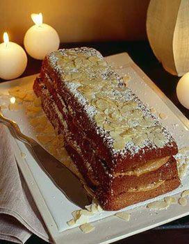 Recette Bûche pralinée au chocolat : Préchauffez le four à th. 6/180°. Dans une casserole, faites fondre le beurre et le chocolat à feu doux. Séparez l...