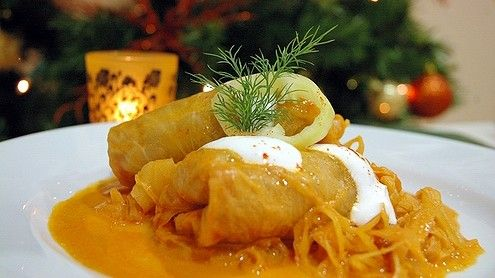 A töltött káposzta vagy alföldi nevén szárma vagy Erdélyben takart a magyar konyha egyik jellegzetes téli étele. Különféle változatai ismertek.
