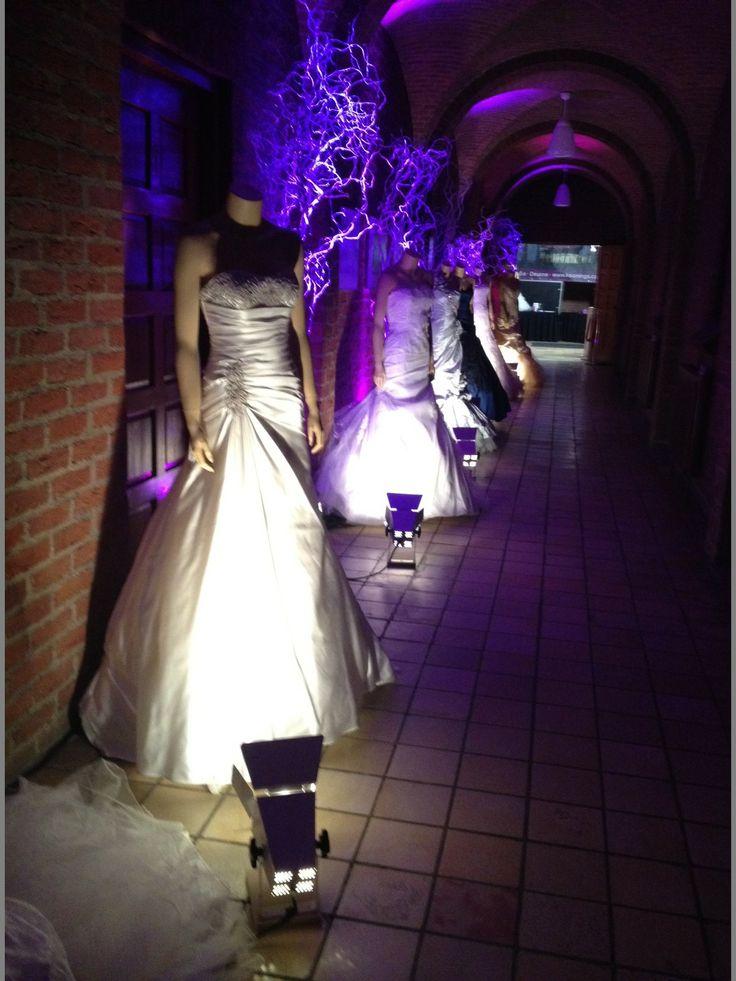 hele grote wensbomen er tussen, als decoratie bij bruidsshow. Ontwerp www.Decoratiestyling.nl