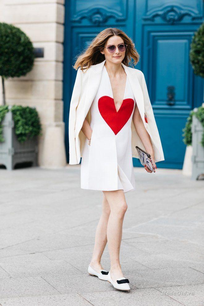 Париж заиграл новыми красками, ведь здесь сейчас проходит неделя моды. Не только подиум украсится новыми дизайнерскими работами, но и столица Франции выделится уличным стилем. Предлагаем взглянуть на самые запоминающиеся и яркие 'street style' образы во время Недели высокой моды в Париже сезона осень-зима 2017-2018.