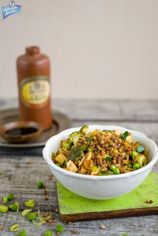 Kasza gryczana z brokułem, tofu i groszkiem