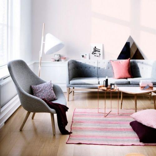 About a Lounge Chair fra Hay er en viderutvikling av den populære spisebordstolen About a Chair. Loungestolen har et flott organisk formet sete med høy rygg og armlen for god komfort. Benene fås i naturtre med enten kantede eller runde ben, som begge bærer det store setet på en flott måte. Polstringen fås i enten Hallingdal eller Steelcut Trio fra Kvadrat i en masse farger, som hver for seg gir stolen en individuell karakter. Len deg tilbake og nyt en stille stund i denne stilfulle og ...