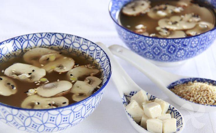 Sopa miso con champiñones, tofu y semillas de sésamo - http://www.thermorecetas.com/sopa-de-miso-champinones/