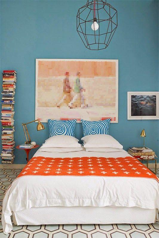 30 inspirations déco pour la chambre : ♡ On aime : L'art en guise de tête de lit + Le mélange des motifs (coussins, plaid, sol) ✐ On retient :  L'utilisation du bleu avec du orange : ces couleurs complémentaires fonctionnent à merveille ensemble | http://blog.mydecolab.com @mydecolab