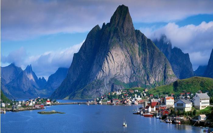 ノルウェーのフィヨルド。フィヨルドとはノルウェー語で「峡湾」を意味します。