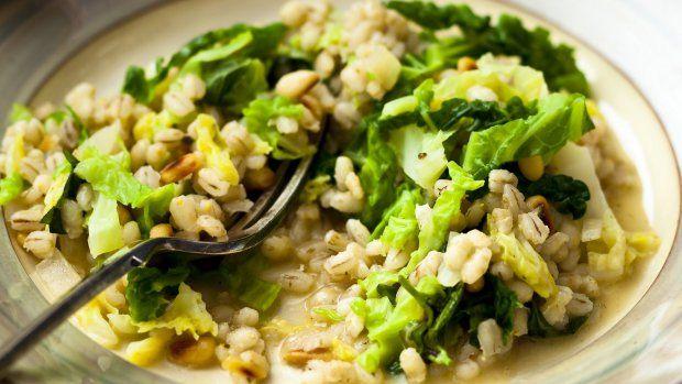 Kroupy připravené podobným způsobem jako italské rizoto jsou prostě báječné. S křupavou kapustou se promění ve vynikajicí podzimní jídlo. Pokud chcete, můžete v základu orestovat ještě kousek uzené slaniny, dodá pokrmu švih :)
