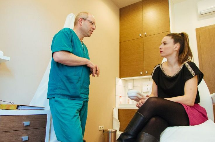 Dr. Pesthy Dénes is examining Goike Nóra's varicose veins.