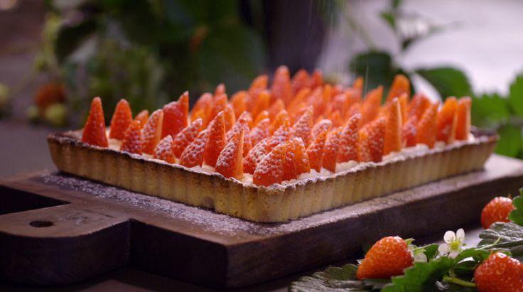 Het nagerecht moederdagtaart met aardbeienfool komt uit het programma Koken met Van Boven. Lees hier het hele recept en maak zelf heerlijke moederdagtaart met aardbeienfool.