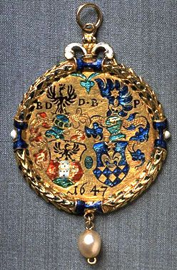 Gold pendant featuring marshalled arms of the de Duno family; crafted from the «Ehepfennig», a coin used to symbolise the sealing of the marriage vows, 1601–1647.