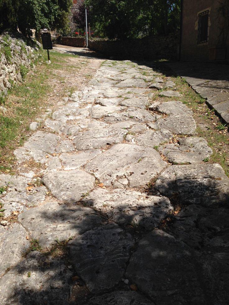 La pavimentazione in pietra dell'antica Via Clodia romana, conserva i solchi del passaggio dei carri