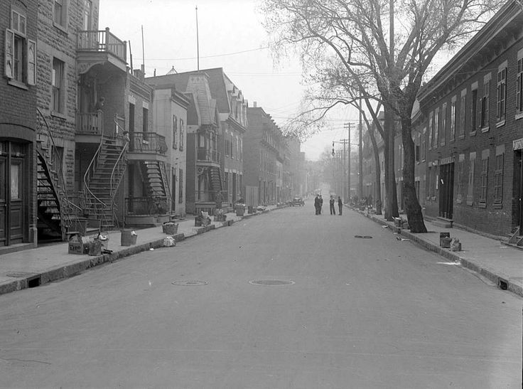 La rue Panet, au coin de Logan dans l'est de Montréal, le jour des poubelles,  1938 / Conrad Poirier -  BAnQ Vieux-Montréal P48,S1,P2219 (CC-BY-NC)