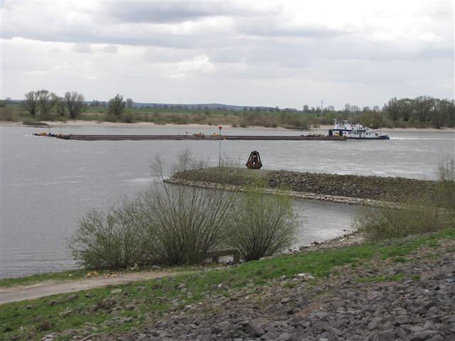 Rivierkleilandschap. Je ziet hier de Rijn. Langs de Rijn staan nog veel steenfabrieken van vroeger. Weet jij waar ze die stenen van maakten?