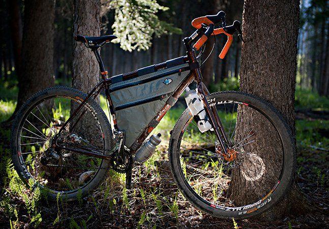 Recentemente mostramos no Hypeness uma bicicleta com bagageiro na roda dianteira, bem prática pra transportar seus pertences de forma mais simples enquanto pedala (relembre aqui). Desta vez trazemos o mais recente projeto do designer Scott Felter, umas sacolas triangulares que se ajustam ao quadro de sua bike. O que esta espécie de mochila faz é transformar um espaço inutilizado da bicicleta em algo mais útil, um compartimento de armazenamento feito à mão e especialmente desenhado pra se…