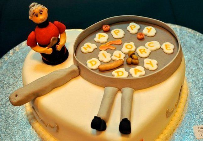 Você conhece o bolo de casamento, o bolo de aniversário e até o bolo de batizado. Mas você já ouviu falar no bolo de divórcio? Isso mesmo, esta é a última moda entre os casais que estão se separando. A ideia começou em 2006, após a modelo Shanna Moakler se separar de Travis Barker, baterista do Blink 182, e encomendar uma versão adaptada de um bolo de casamento, onde a noiva estava no topo e o noivo caído na base, sobre uma poça de sangue. Recentemente, os bolos de divórcio voltaram aos…