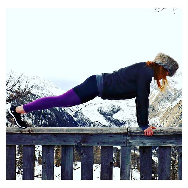 Planks for abs ... and to stay warm ❄️ #akaFit #lookfitgetfitbefit #itsalifestyle - Wearing: 'Get Flexi Leggings' and 'Snug Sweater' --- www.akafit.co.uk