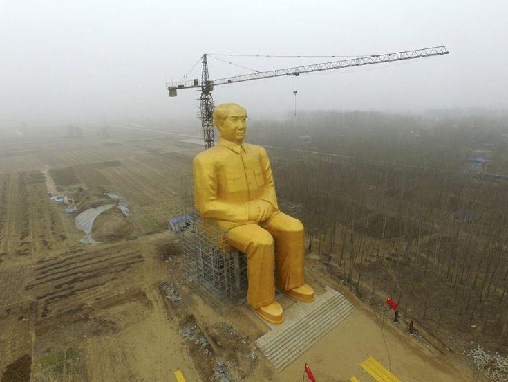 E' alta quasi 40 metri ed è ricoperta da vernice dorata la statua di Mao Zedong costruita nel villaggio di Tongxu, nella provincia cinese di Henan.