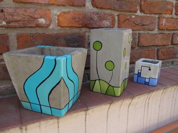 Macetas de cemento pintadas a puro color....con acabado de barniz con filtro solar para evitar su deterioro al ubicarlas en el exterior del hogar....