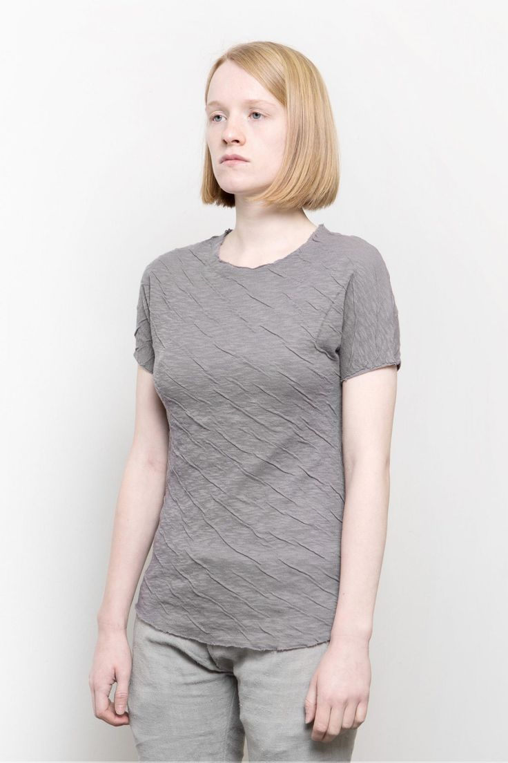 Lentrian – Crease lilac tee – 100% cotton  Hand made in Morocco  The model is 165 cm height and 50 kg weight, wearing size S