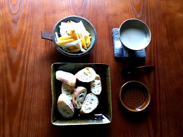 茶色い器ばかり使ってみました。大根収穫祭の余韻。柿と大根は相性いいね〜。 - 3件のもぐもぐ - 朝ご飯:大根と柿のサラダ バゲット 豆乳ミルクティー by ヤマモトショウコ