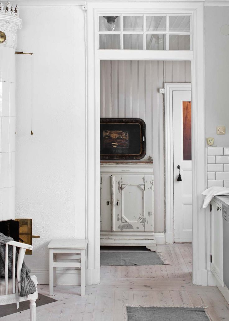"""Från badrummet har man en fin utsikt. Badrummet fick nytt franskt kakel, golvklinker med värmeslingor och tidsenligt badkar med tassar. Av all pärlspont som fanns kvar i väggar och tak från byggåret, har Anna och Bo bevarat en del, bland annat i köket, serveringsgången och badrummet.  """"Matsalen är faktiskt tio år yngre än övriga huset, den byggdes till 1920. Vi tyckte att den var lite för mörk, så där har vi satt in fler fönster i samma stil."""""""