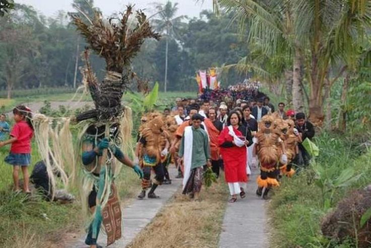 Yoke Darmawan: Lima Gunung 2017 Sebagai Jawaban Kondisi Terkini Bangsa!  KONFRONTASI- Direktur Samana Foundation yang juga Inisiator dari Borobudur International Culture Festival Yoke Darmawan yang secara spesial terbang dari Denpasar ke Dusun Banyusidi Kec Pakis Magelang ini karena sosok utama Tanto Mendut dan gelaran swadaya dari petani seniman di antara gunung-gunung di sekitaran Merapi yang sudah terbukti 12 kali penyelenggaraan dengan cara berdikari.  Tema FLG 2017 ialah Mari Goblok…