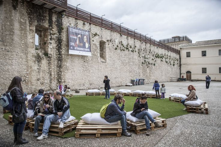 Lo spazio del Cortile di Onore della Rocca Albornoziana di Spoleto con un allestimento in pallet. Quest'anno la pioggia ci ha impedito l'allestimento completo....ma ci rifaremo!