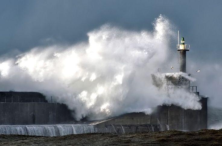 Faro de San Esteban de Pravia. Un ciudadano fotografió el faro de San Esteban desde la playa de los Quebrantos en Soto del Barco, Asturias