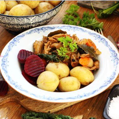 Att äta växtbaserat betyder inte att man behöver välja bort sina favoriträtter. Denna husmansfavorit har smakerna du känner igen, men är en helt vegetarisk kalops in i minsta detalj. Smaklig spis!