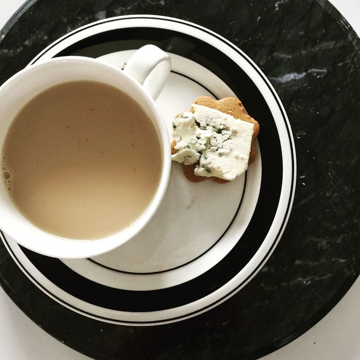 Afternoon tea with gingerbreadcookie And bluecheese.