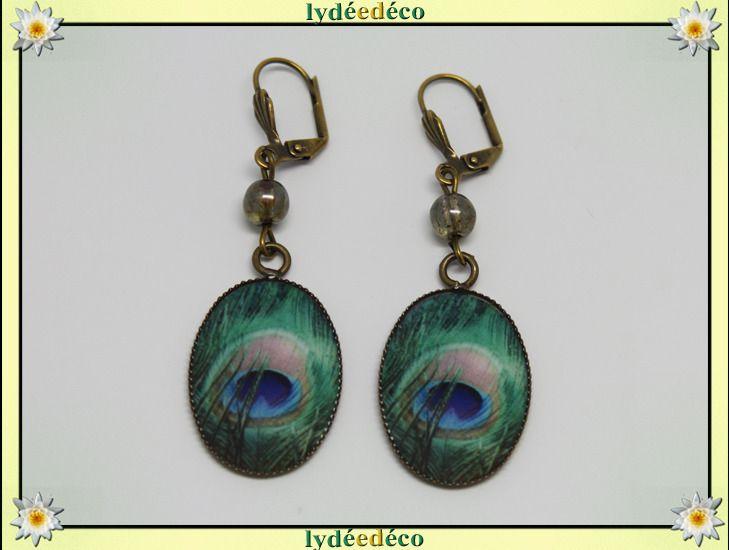 Boucles d'oreilles retro Plume paon bleu beige vert en resine et laiton 18 x 25mm : Boucles d'oreille par lydeedeco