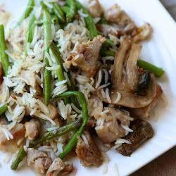 Фото рецепта: Жаренный рис со стручковой фасолью, курицей и грибами
