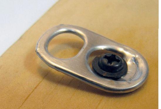 Las anillas de las latas las podes usar como ganchos para colgar cuadros u otros objetos. Colocalos con un tornillo o pegamento fuerte.     ...