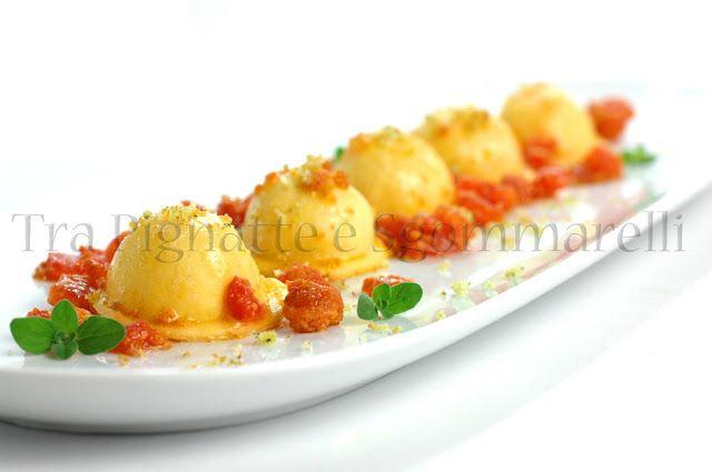 Ravioli con cuore liquido di baccalà, concassé di pomodoro alla bottarga e crumble di pane alla maggiorana | Tra Pignatte e Sgommarelli