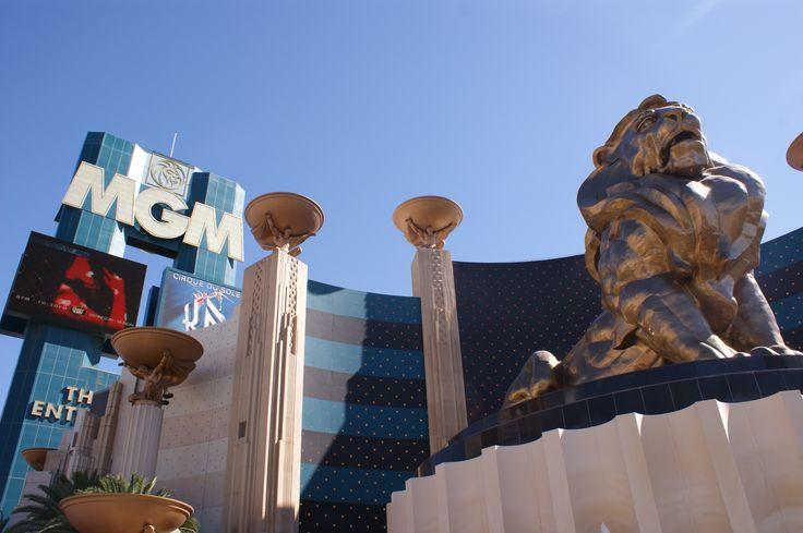 L'hôtel MGM Grand. Il était le plus grand hôtel du monde lors de son inauguration en 1993, c'est actuellement le deuxième en nombre de chambres, et possède l'un des plus grand casino de Las Vegas.