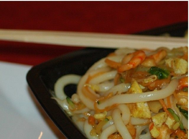 Questi udon con verdure e gamberi rappresentano un tipico piatto orientale a base di spaghettoni di riso conditi con verdure, gamberi e salse.